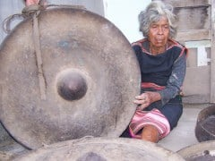 Y Geu and her gongs. Tuoi Tre News, 20121009