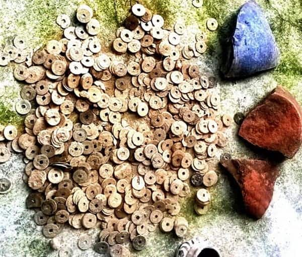 Coins discovered in Ha Tinh Province, Thanh Nien News 20141011