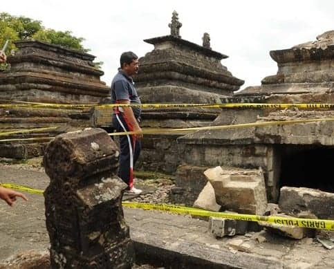 Cemetery in Lombok may be part of an ancient palace ground. Source: Kabar24 20150117