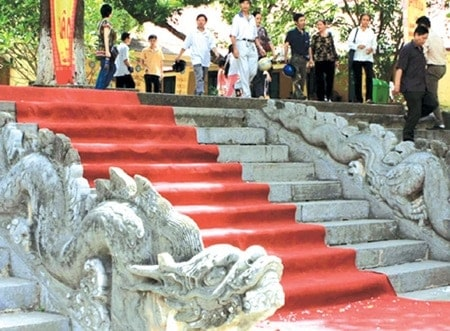 The stone dragons of the Kinh Thien Palace. Source 20150316