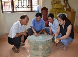 Archaeologists discuss the newly-found bronze drum from northern province of Bac Kan. Source: Saigon Giai Phong 20130708