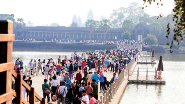 Visitors crossing the floating bridge of Angkor Wat. Source: Phnom Penh Post 20190102