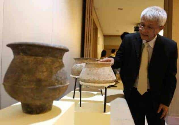 An expert from the Fine Arts Department inspects the returned artefacts. Source: The Nation 20141124