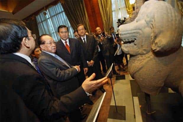 Cambodian and Thai foreign ministers discussing repatriated artefacts. Source: Bangkok Post 20150712