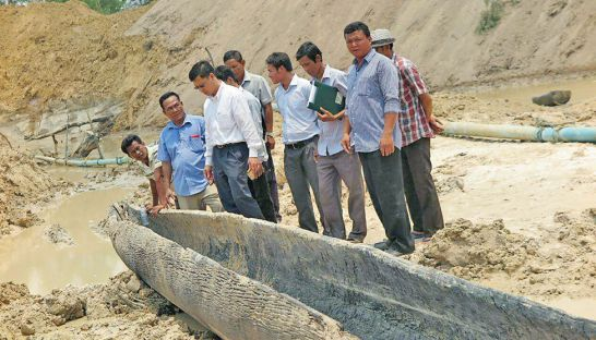 Dugout boat found in the Angkor Thom district. Phnom Penh Post, 20160411