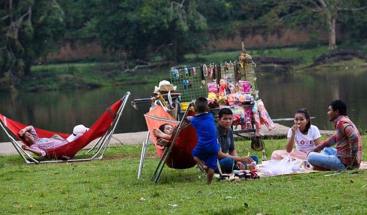Food vendors cleared from Angkor Wat lawns