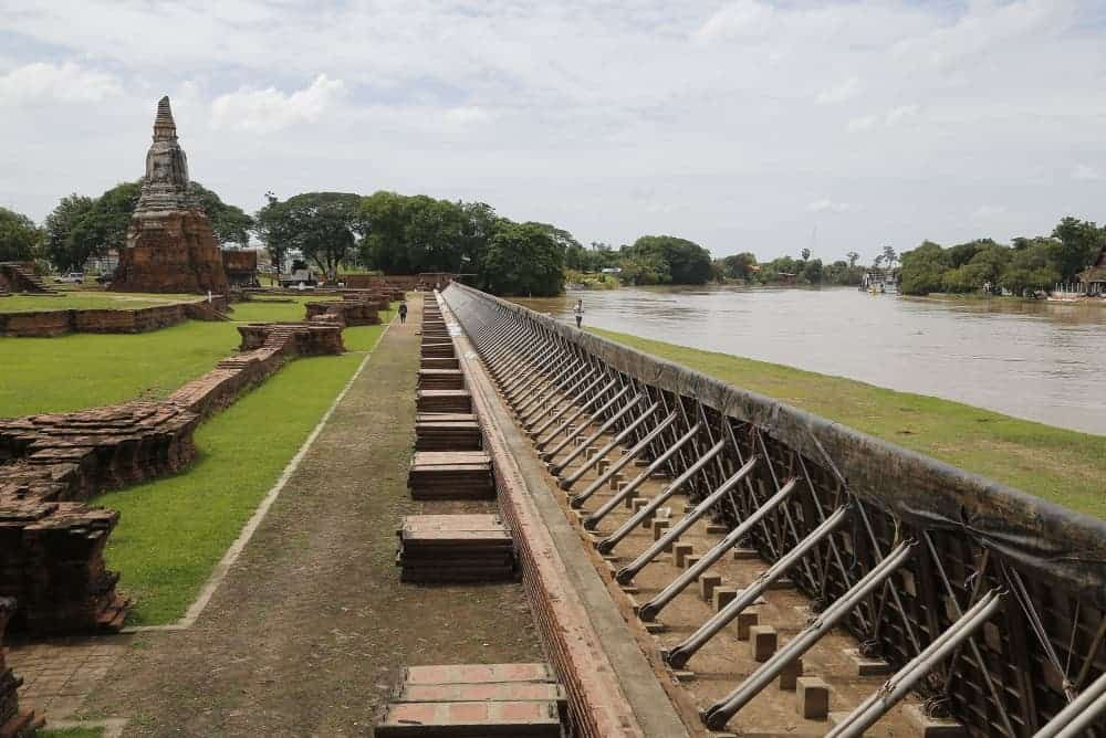 Wall built to protect Ayutthaya historical sites from flooding