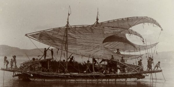 A Motu trading ship with its characteristic crab claw shaped sails. Taken in the period 1903-1904. Source: Trustees of The British Museum, CC BY-NC-SA